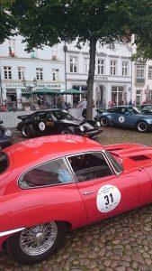 Am Start beim Oldtimer Grand Prix Lüneburg 2017 Jochen Schmidt mit Martina Wischhof im Jaguar E Type und Christoph Manys und Kathrin Thiemann im Porsche 911